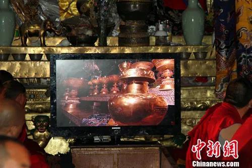 资料图:2010年7月4日清晨,第五世德珠活佛转世灵童金瓶掣签仪式在拉萨大昭寺释迦牟尼佛像前庄严举行。<a target='_blank' href='http://www.chinanews.com/'>中新社</a>发 徐长安 摄