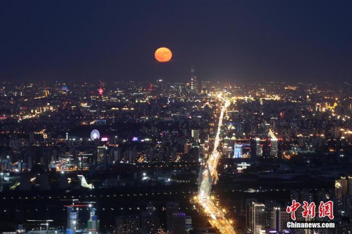 资料图:2020年10月2日,北京天气晴好,一轮明月在夜晚逐渐升起。<a target='_blank' href='http://www.chinanews.com/'>中新社</a>记者 盛佳鹏 摄