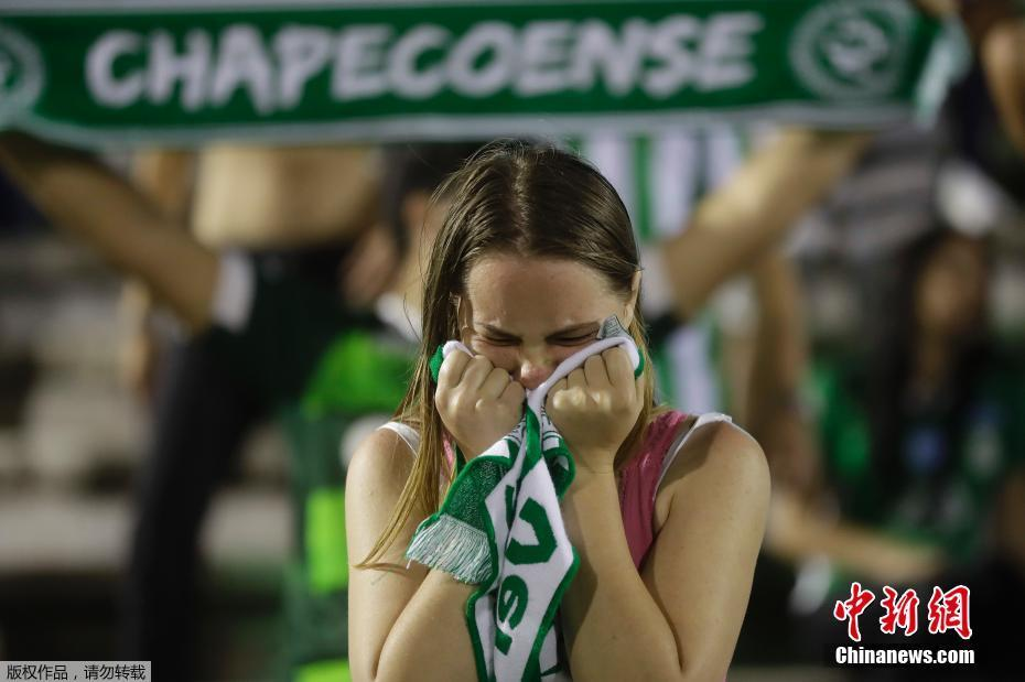资料图:当地时间2016年11月29日,巴西总统特梅尔宣布,官方将为遇难者致哀3天。图为参加悼念活动的沙佩科恩斯队球迷表情悲痛。