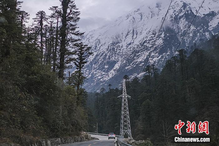 图为1月11日拍摄的目前唯一进出墨脱的公路波墨公路。<a target='_blank' href='http://www.chinanews.com/'>中新社</a>记者 何蓬磊 摄