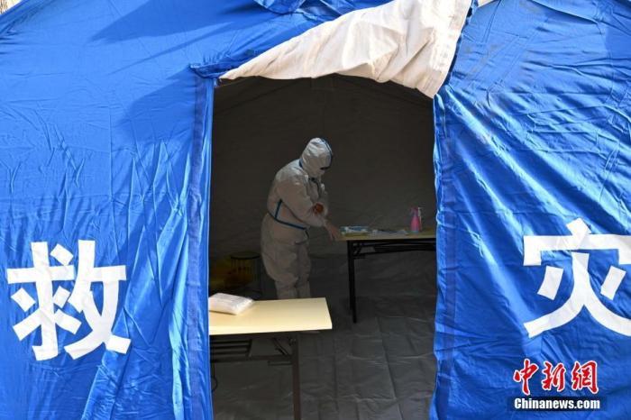 资料图:河北石家庄长九花园小区,医务人员正在进行采样准备。中新社记者 翟羽佳 摄