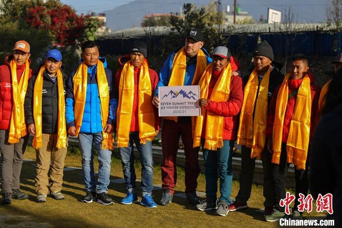 1月16日下午,10名尼泊尔登山者在巴基斯坦一侧顺利登上了世界第二高峰乔戈里峰(K2峰)。这也是人类首次在冬季登顶该峰。资料图为2020年12月18日,登山者们在尼泊尔加德满都合影。 中新社发 普拉丹 摄
