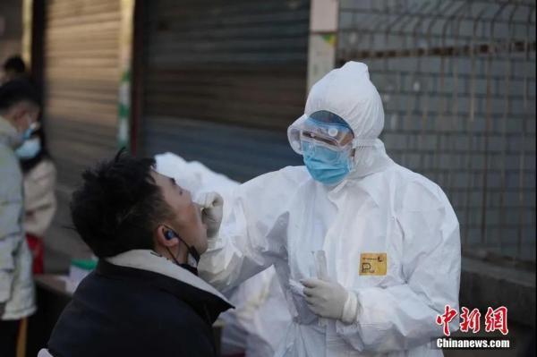 2020年12月24日,云南昆明主城区发现一境外输入确诊病例,两涉事点紧急封闭管理。中新社记者刘冉阳 摄