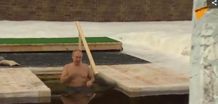 图为俄罗斯总统普京在冰水中。图片来源:俄罗斯卫星网视频截图。