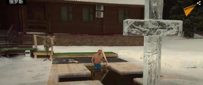 图为俄总统普京走入冰水中。图片来源:俄罗斯卫星网视频截图。