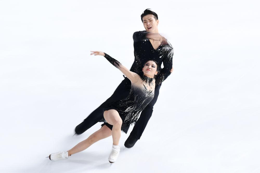 2020年11月7日,中国组合王诗�h/柳鑫宇(后)在冰舞自由舞比赛中。新华社记者 鞠焕宗 摄