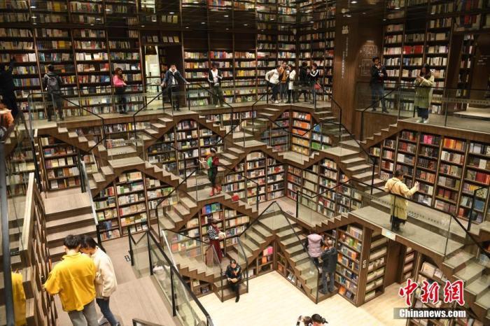 资料图:重庆九龙坡区商圈内,一书店因设计感非常独特,吸引了不少民众前来打卡玩耍。陈超 摄