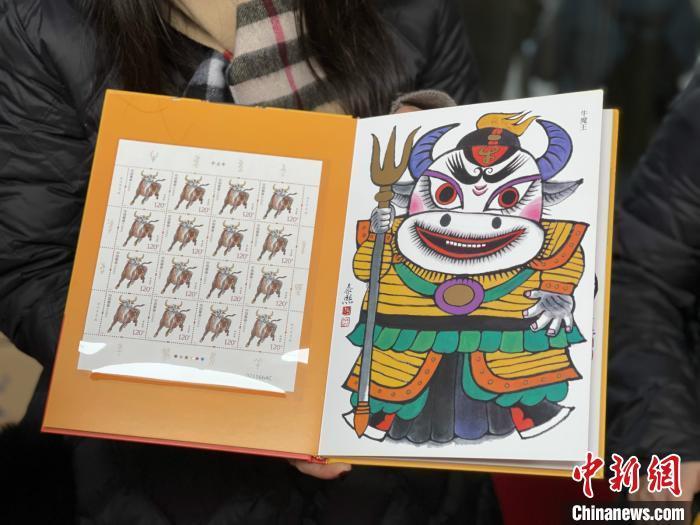 资料图:工作人员展示《辛丑年》特种邮票。 徐珊珊 摄