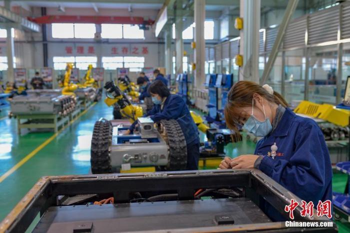 资料图:工人正在组装机器人。<a target='_blank' href='http://www.chinanews.com/'>中新社</a>记者 田雨昊 摄