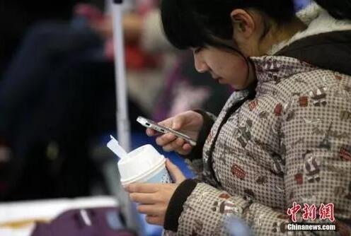 """資料圖:玩手機的""""低頭族""""。徐崇德 攝"""
