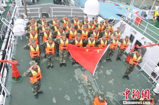 資料圖:海警官兵舉行海上升旗?!∈├は?攝