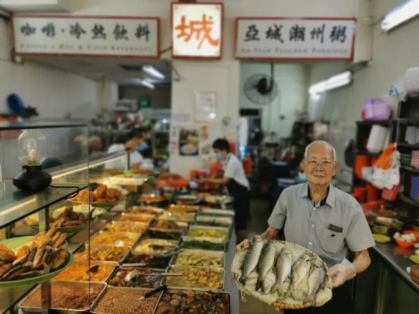 新加坡華人李發開粥店幾十年,為當地人帶來親切的古早味。新加坡《聯合早報》/陳愛薇 攝
