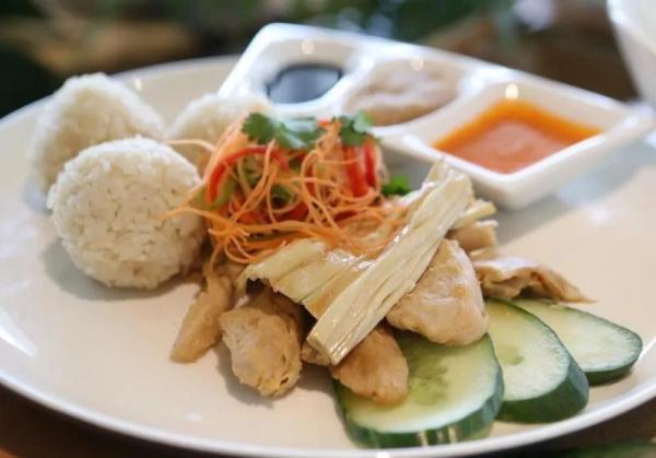 """植物肉制成的海南""""雞飯""""。新加坡《聯合早報》/唐家鴻 攝"""