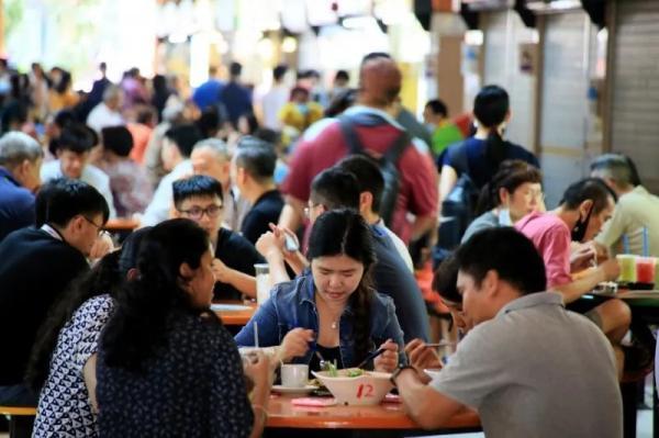 華人美食攤位。新加坡《聯合早報》/龍國雄 攝