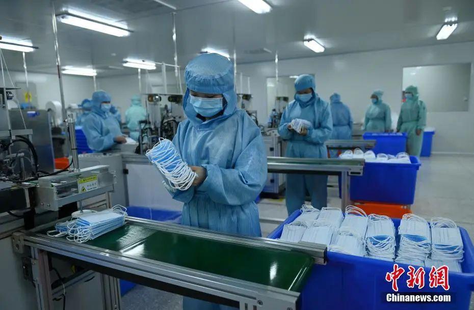 原料图:四川成都口罩生产线上忙碌的工人。中新社记者 刘忠俊 摄