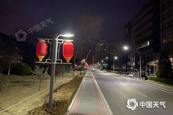 今晨,北京天气微冷,街头春节气息日益浓厚。