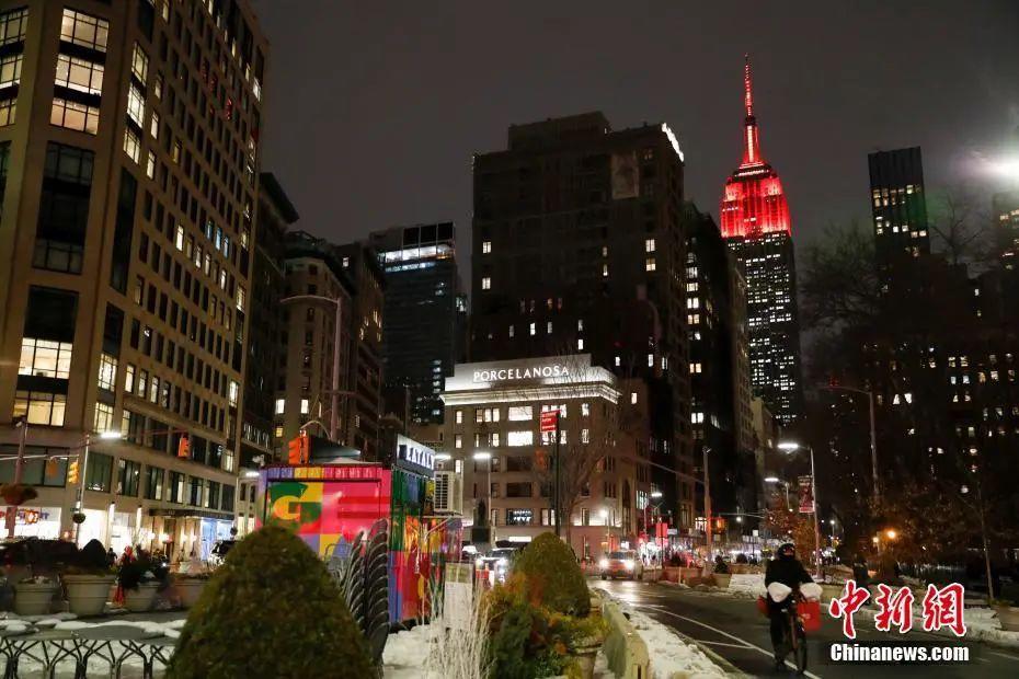 资料图:当地时间2月10日,美国纽约帝国大厦为中国春节点亮红色灯光。当日,在中国驻纽约总领馆的支持和推动下,纽约帝国大厦、世贸中心等地标共同为中国春节亮灯。<a target='_blank' href='http://www.dcggzy.com/'>中新社</a>记者 廖攀 摄