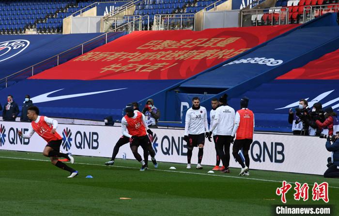 图为球员在欢庆新春的看台帷幕下举办赛前练习。 /p太平洋在线记者 李洋 摄