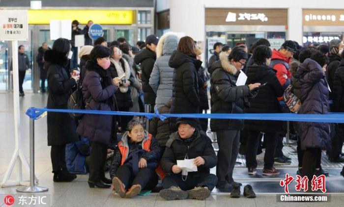 资料图:韩国首尔火车站,市民排队购票,队列中老人坐地等候。图片来源:东方IC 版权作品 请勿转载