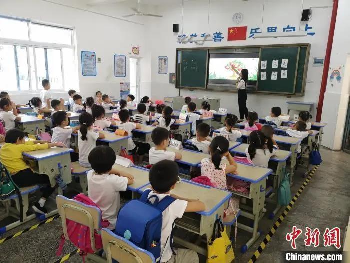 资料图:湖南长沙县松雅湖第二小学的学生正在上课。 唐小晴 摄