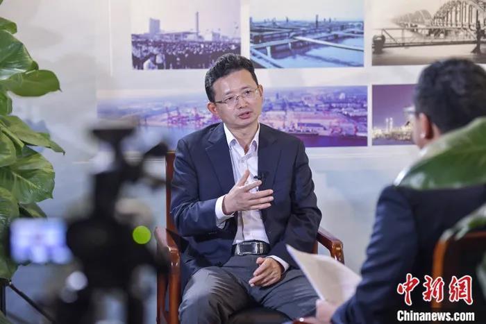 """海南洋浦经济开发区工委书记周军平接受""""中国焦点面对面""""专访。记者 骆云飞 摄"""