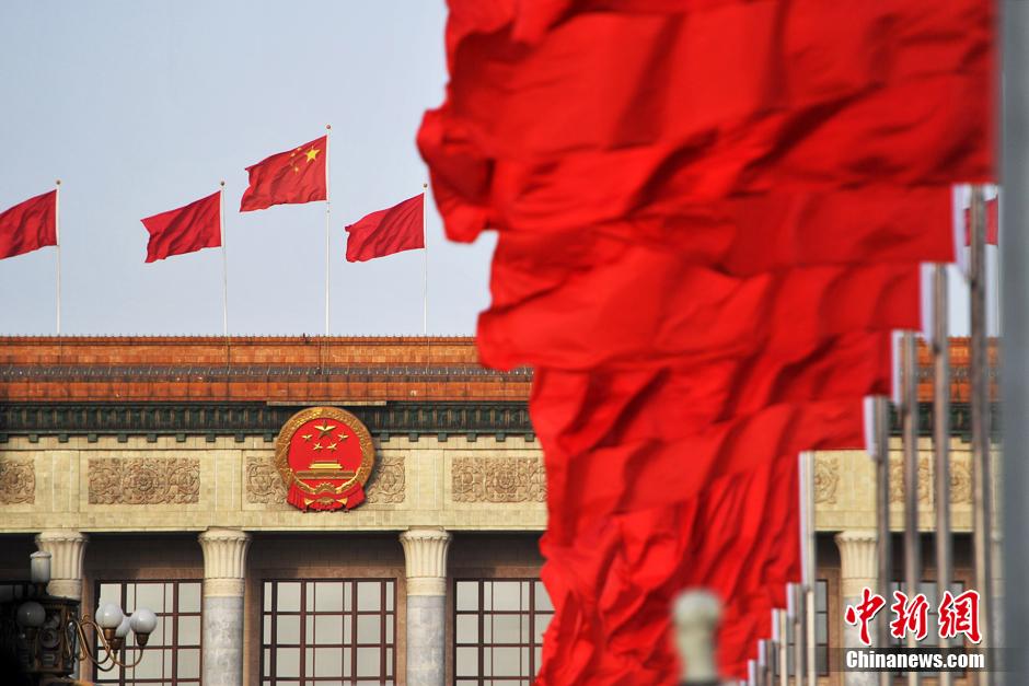 资料图:北京人民大会堂外红旗迎风飘扬。 金硕 摄