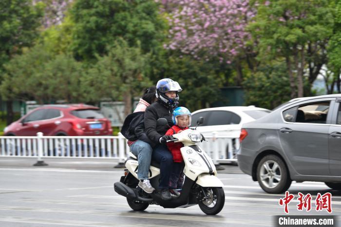 """资料图:2月26日,广西""""倒春寒""""气温骤降10度 民众重穿大棉袄。 王以照 摄"""