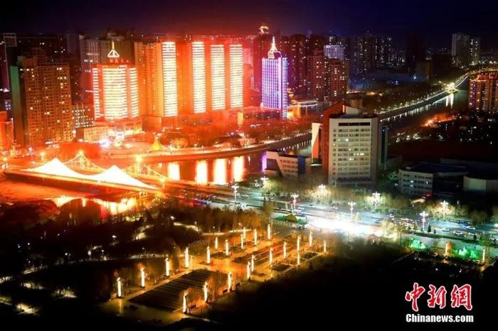 """资料图:新疆城市夜景,流光溢彩的""""灯光秀""""点亮新春韵味。杨厚伟 摄"""