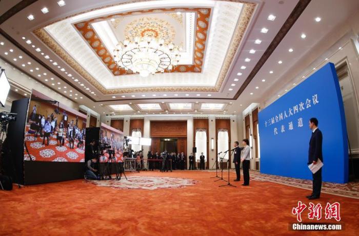 """3月5日,第十三届全国人民代表大会第四次会议举行首场""""代表通道""""采访活动。图为全国人大代表通过网络视频方式接受采访。 中新社记者 杜洋 摄"""