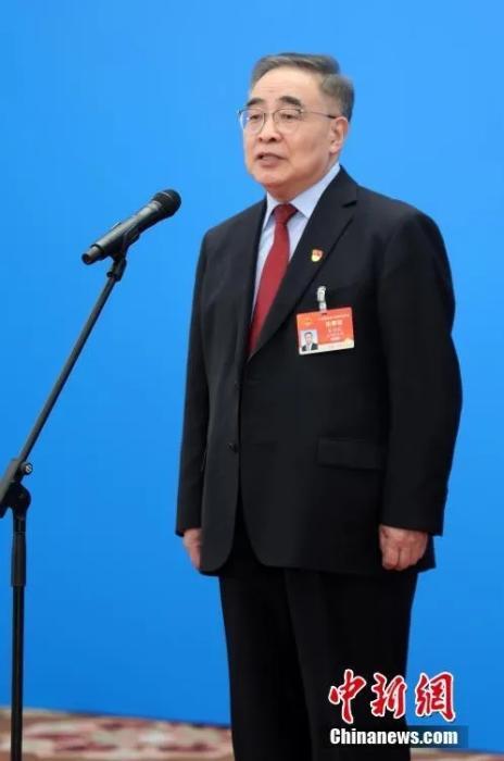 张伯礼接受采访。中新社记者 蒋启明 摄
