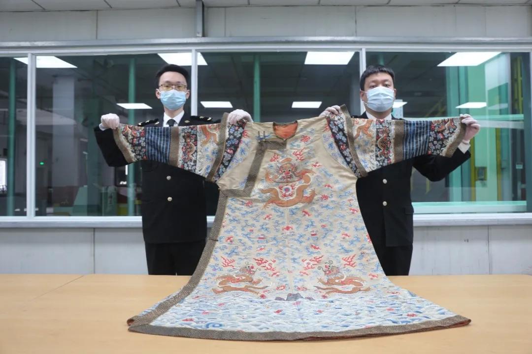 杭州海关查获价值15万清代龙袍 申报价值仅381元