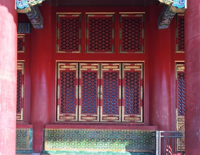 太和殿龟背锦纹槛墙及三交六椀菱花纹槛窗。周乾 摄