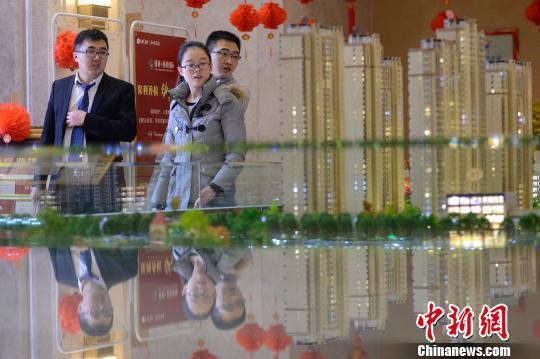 2月25日,春节刚过,山西太原一对年轻的夫妻在售楼中心看房。 韦亮 摄