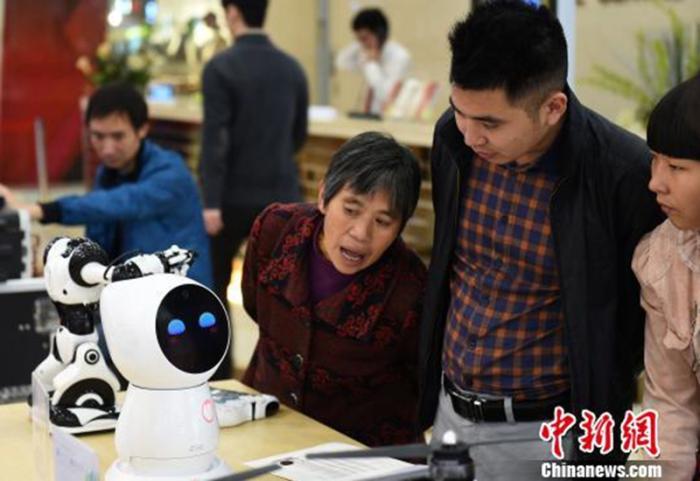 资料图:图为育儿机器人吸引市民眼球。 周毅 摄