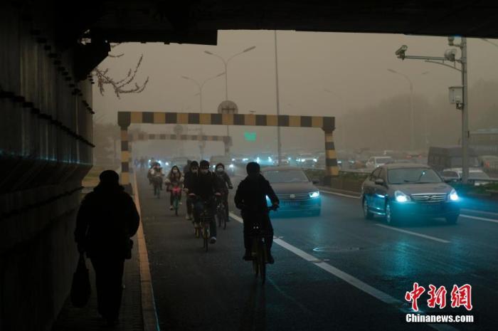 3月15日,北京遭遇沙尘天气。北京市气象台当日7时25分升级发布沙尘暴黄色预警信号。 <a target='_blank' href='http://www.661ab.com/'>中新社</a>记者 盛佳鹏 摄