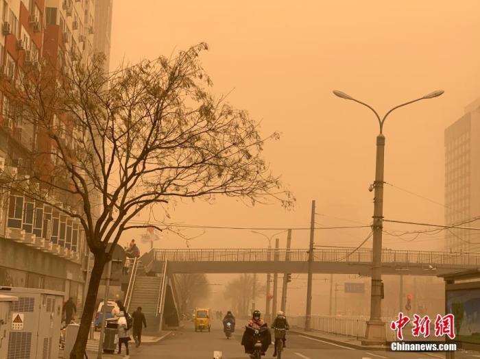 3月15日,北京迎沙尘降温天气,空气能见度减弱。北京市气象台03月15日07时25分升级发布沙尘暴黄色预警信号:目前本市已出现明显沙尘天气,预计当前至15日中午,大部分地区能见度小于1000m,请注意防范。 <a target='_blank' href='http://www.661ab.com/' >中新网</a>记者 翟璐 摄