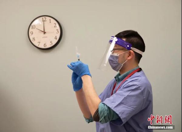 资料图:医护人员准备为社区居民接种新冠疫苗。中新社记者 刘关关 摄
