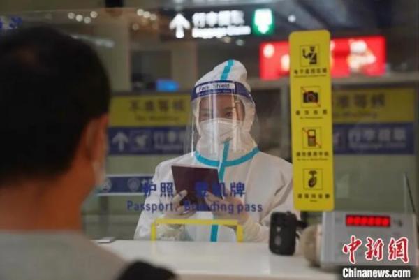 图为检查员对入境旅客进行查验。 昆明边检站供图