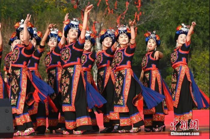 资料图:羌族民众载歌载舞欢庆羌年。<a target='_blank' href='http://www.chinanews.com/'>中新社</a>记者 安源 摄