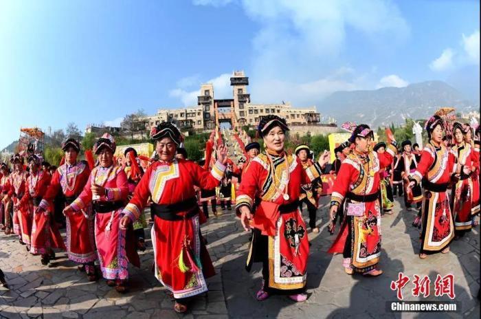 资料图:羌族民众跳莎朗舞。<a target='_blank' href='http://www.chinanews.com/'>中新社</a>记者 安源 摄
