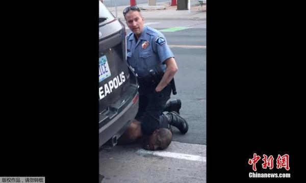 非洲裔美国人乔治·弗洛伊德被白人警察跪杀。(视频截图)