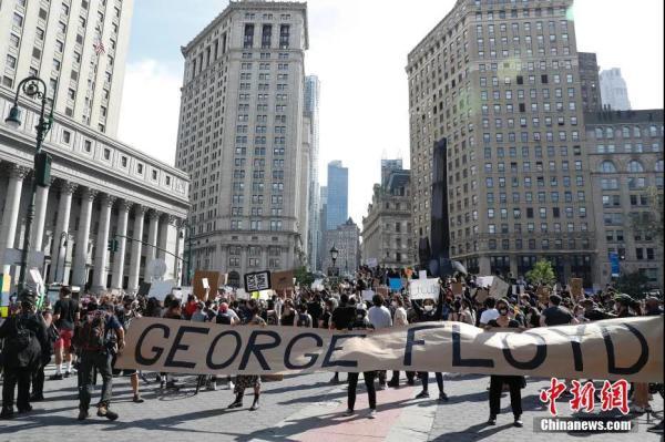 资料图:纽约上千民众聚集在曼哈顿佛利广场,抗议明尼苏达州明尼阿波利斯市非裔男子乔治·佛洛依德遭警察暴力执法致死。 中新社记者 廖攀 摄