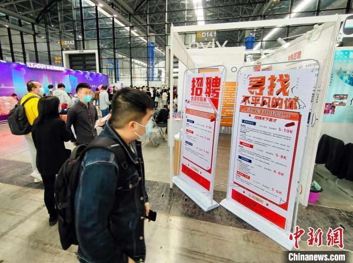 3月13日,2021年春季广西人才交流大会在南宁国际会展中心举办。图为招聘现场。 黄艳梅 摄