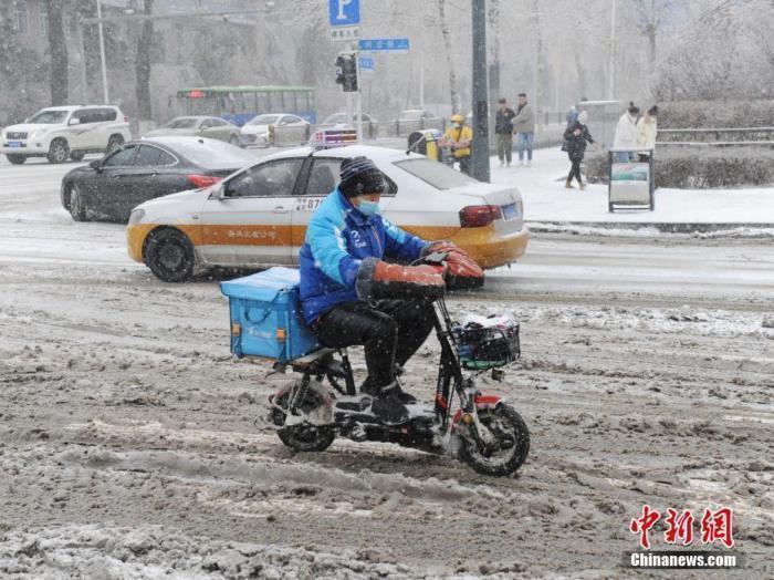 资料图:外卖小哥冒雪送餐。 <a target='_blank' href='http://www.chinanews.com/'>中新社</a>记者 刘栋 摄