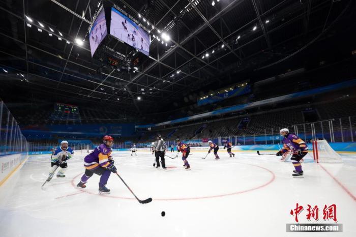 """4月2日,运动员在冰球项目测试活动中。当日,""""相约北京""""冰上项目测试活动冰球比赛在北京的国家体育馆拉开帷幕。 中新社记者 韩海丹 摄"""