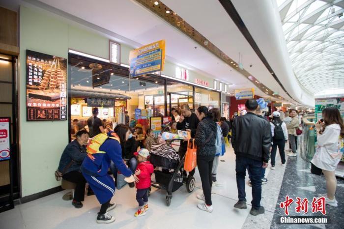 图为4月5日,山西太原,民众在餐厅外排队就餐。中新社记者 张云 摄
