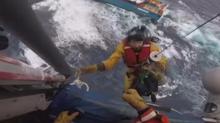 荷兰货船海上遇险:12名船员已获救、船只有倾覆危险
