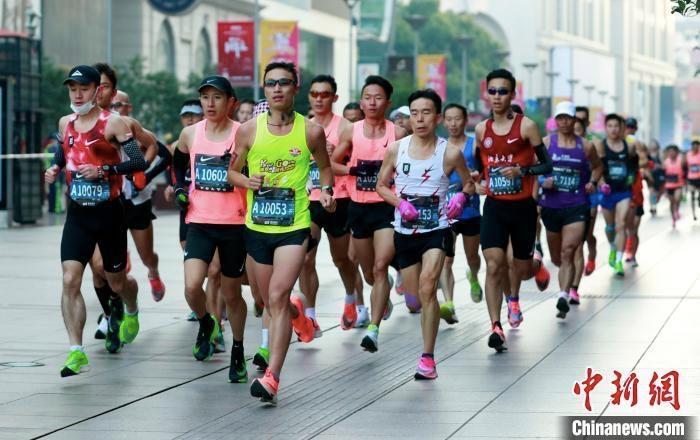 资料图:2020上海马拉松鸣枪起跑瞬间。 汤彦俊 摄