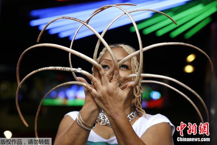 双手指甲长度超过7米的美国女子艾安娜·威廉姆斯(Ayanna Williams),日前剪掉了自己留了超过28年的指甲。剪掉前,她是吉尼斯认证的世界上双手指甲最长的女性。