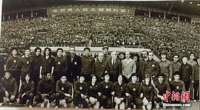 图为1971年美国乒乓球队与中方人员合照。(资料图片) 中新社发 受访者供图 供图